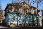 Двухэтажный деревянный дом на улице Дмитрия Донского