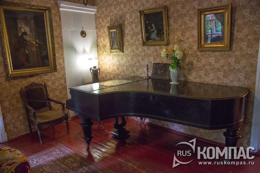 Рояль в гостиной