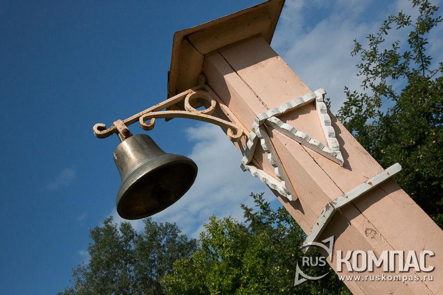 Столб с колоколом перед главным домом усадьбы