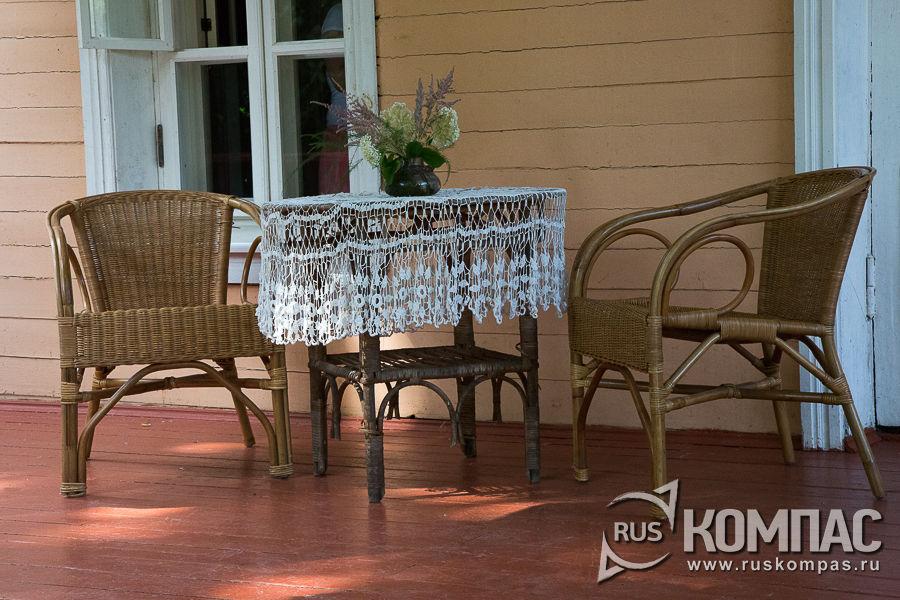 Плетеная мебель на веранде дома Чехова