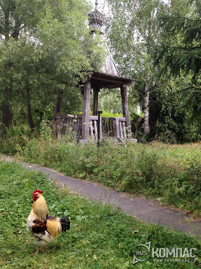 Звонница на территории Крестовоздвиженской церкви в Мелихове