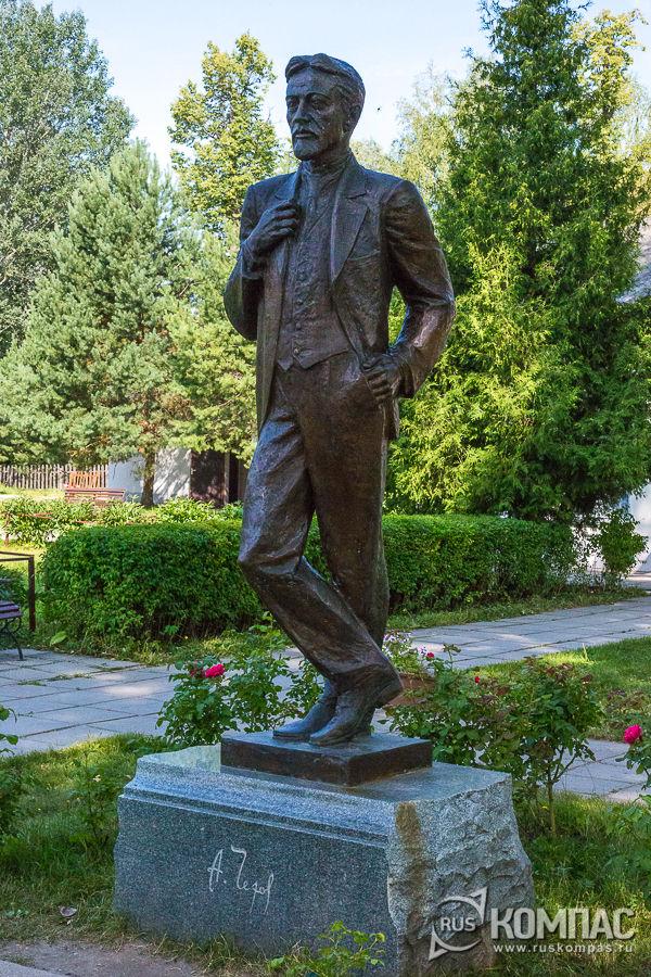 Памятник Чехову работы скульптора Михаила Аникушина