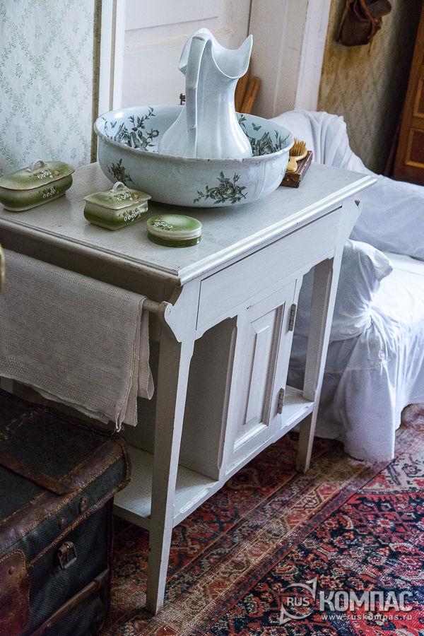 Умывальный столик в спальне Чехова