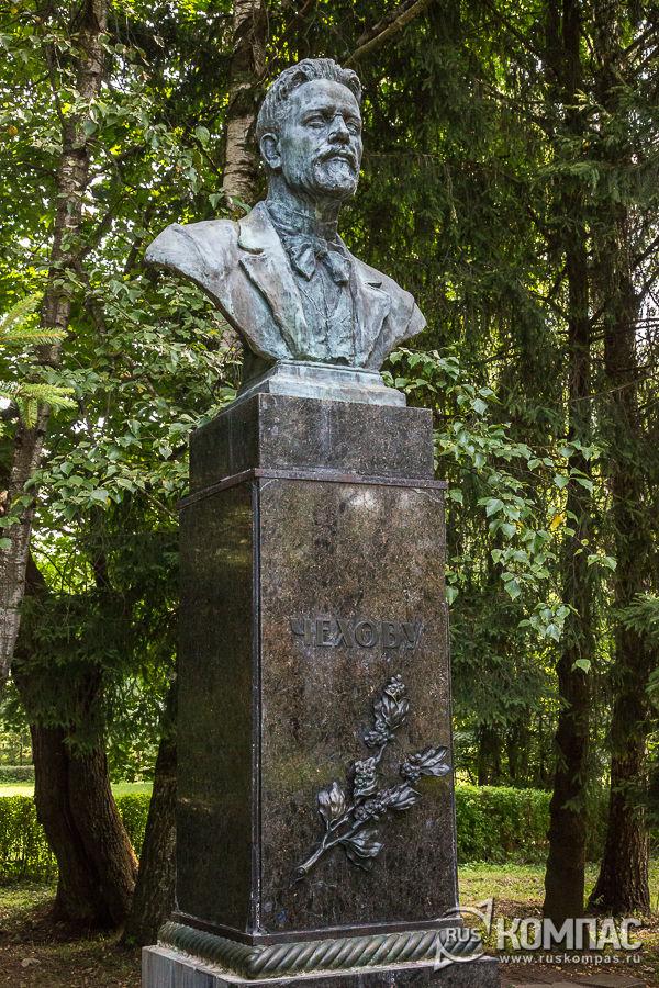Бюст Чехова на сиреневой аллее