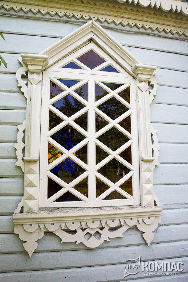 Окно с цветными стеклами флигеля «Чайка»