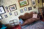 Стены кабинета увешаны фотографиями писателей и поэтов из окружения А.П.Чехова.
