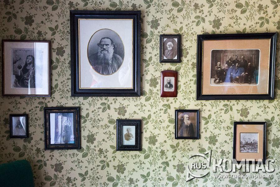 Фотографии писателей и поэтов в кабинете Чехова