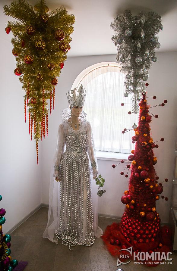Зал с авторскими новогодними ёлками, украшенными клинскими стеклянными игрушками