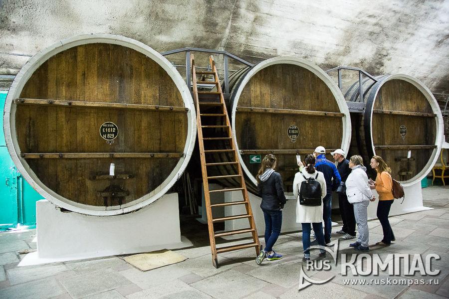 Буты с вином в Нижнем подвале или цехе выдержки марочного десертного и крепкого вина