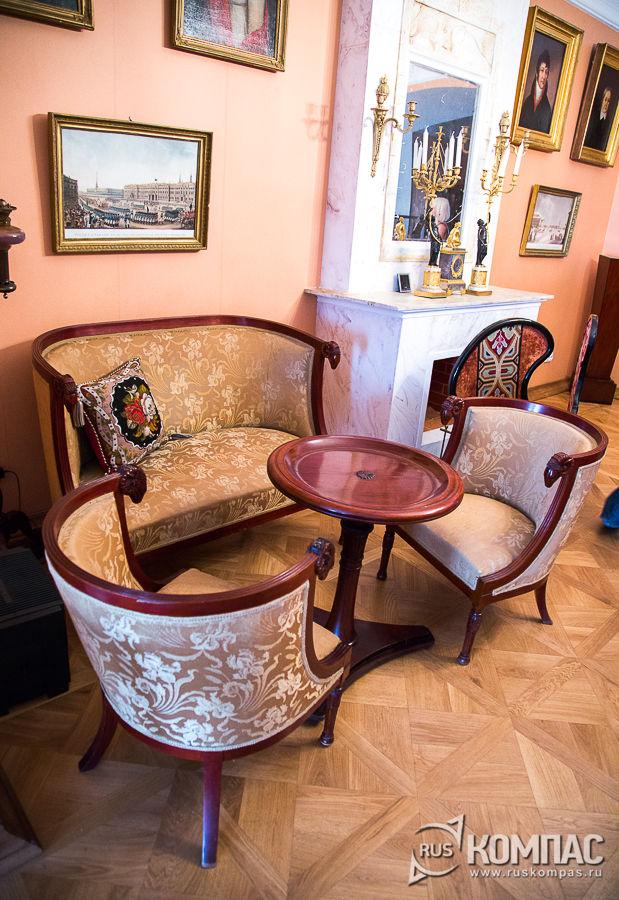 Диван, стол и кресла-корытца, созданные в России в начале XIX века в большой мурановской гостиной