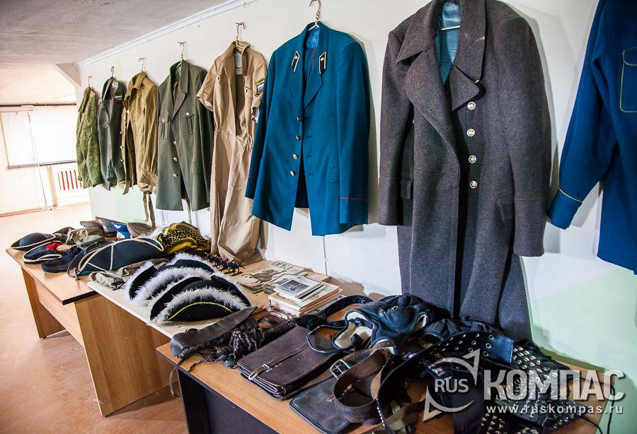 В бывших каютах ледокола небольшая выставка военной униформы