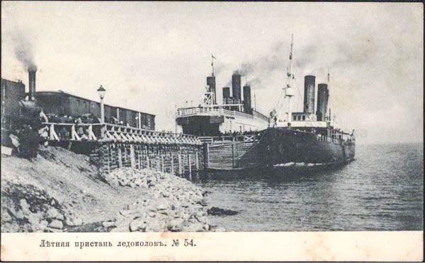 Погрузка вагонов и поездов на паром-ледокола «Байкал» (слева), рядом сопровождающая «Ангара»