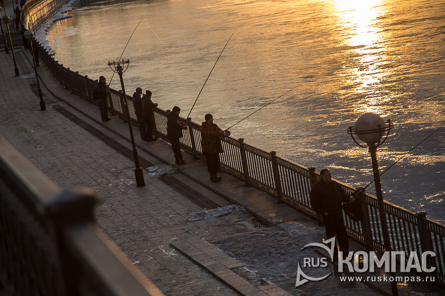 Рыбаки на Нижней Набережной