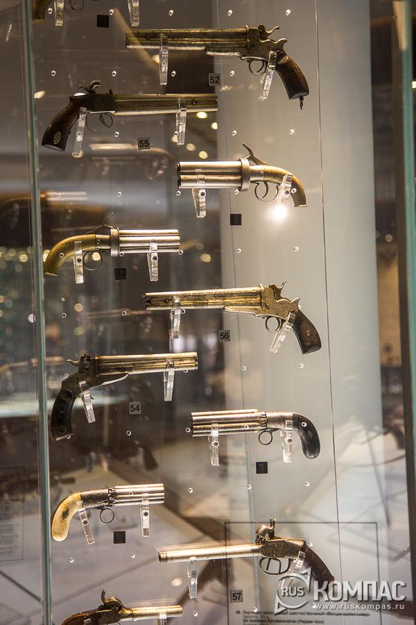 Витрина с европейскими пистолетами XIX века