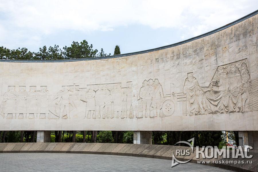 Стела с изображением солдат Великой Отечественной войны