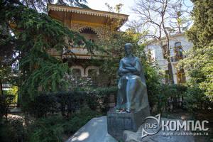 Памятник украинской поэтессы Леси Украинки
