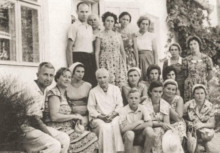 Нина Николаевна Грин с экскурсантами у дома-музея писателя в Старом Крыму, 1960-е годы