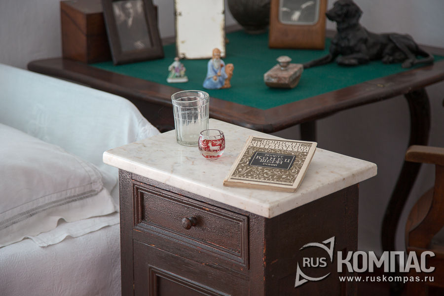 На прикроватной тумбочке книга Сидони-Габриель Колетт «Конец Шери» и небольшая чарочка