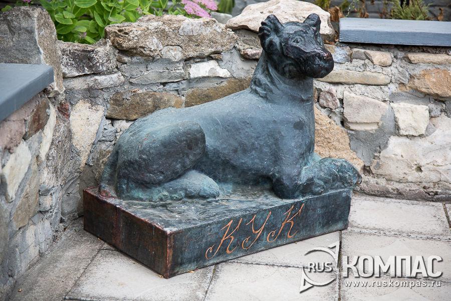 Пёс Кук во дворе дома-музея Грина