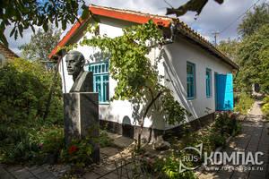 Бюст Александра Грина перед входом в дом-музей писателя