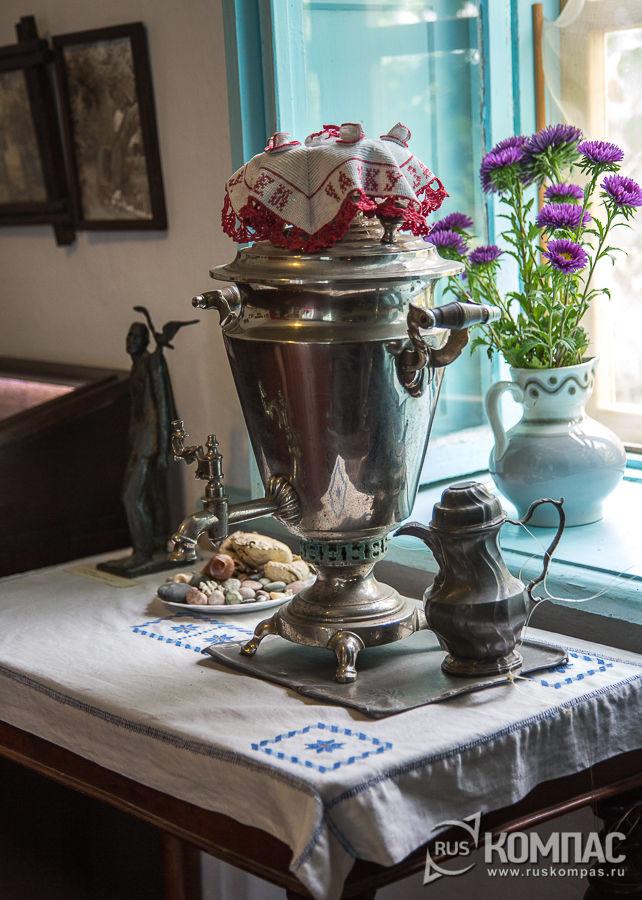 Все салфетки и скатерти в доме связаны и вышиты женой и тещей Грина