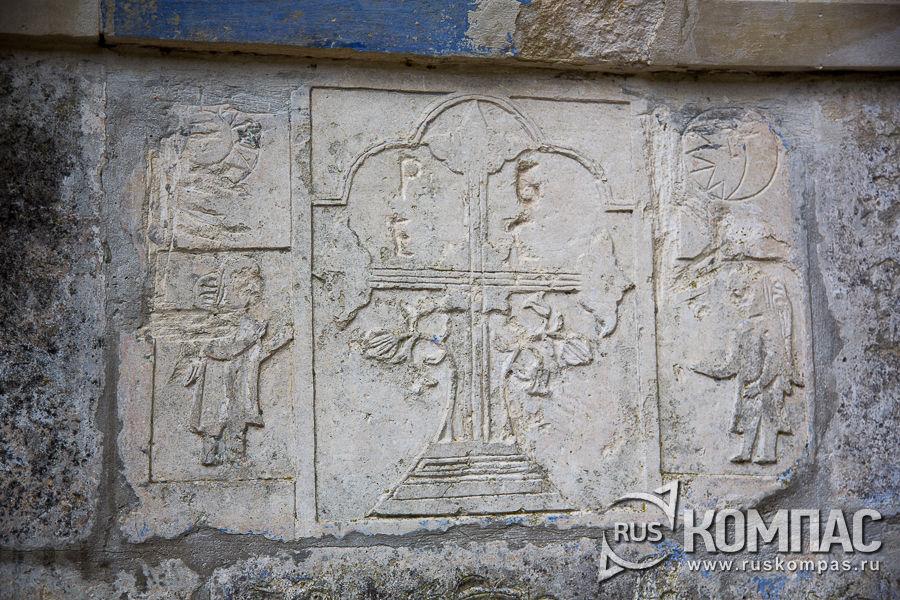 Каменная резьба монастырского фонтана