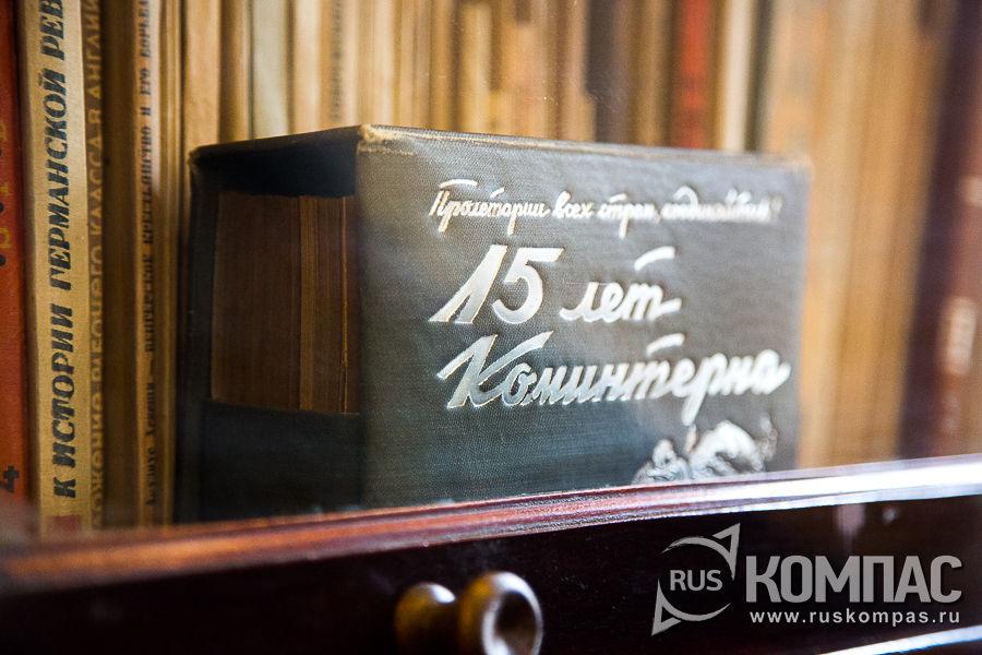 Шкафы с книгами из библиотеки семьи Ульяновых расставлены по всему дому
