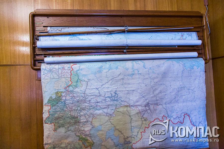 Карты в зале заседаний