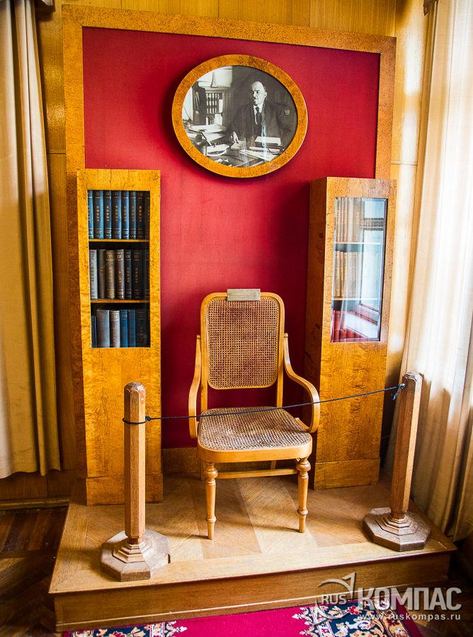 Подлинные плетеное кресло Ленина и фотопортрет, снятый фотографом Петром Оцупом