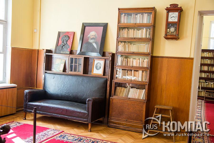 Книжный шкаф и диван в рабочем кабинете