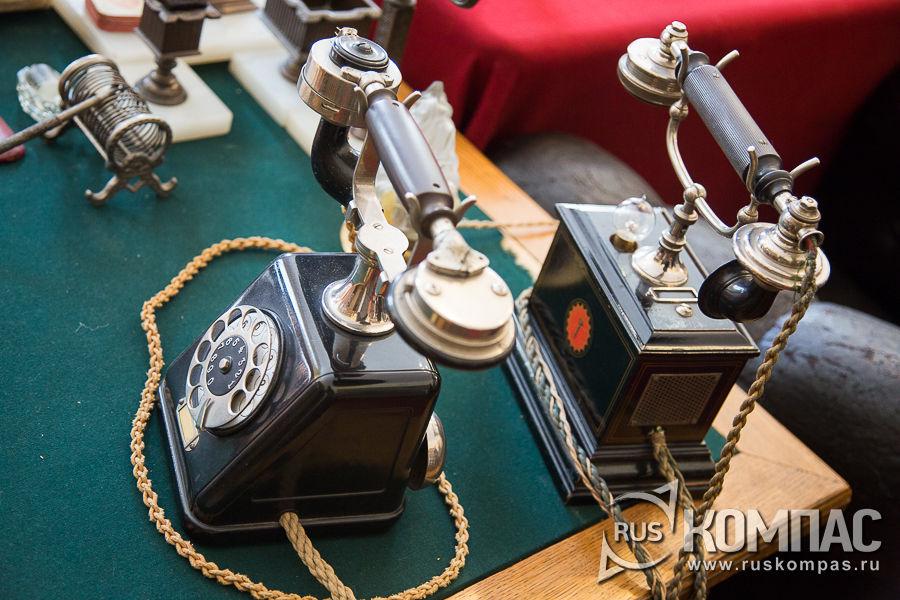 На столе 2 телефона, по которым можно было связаться с городами России