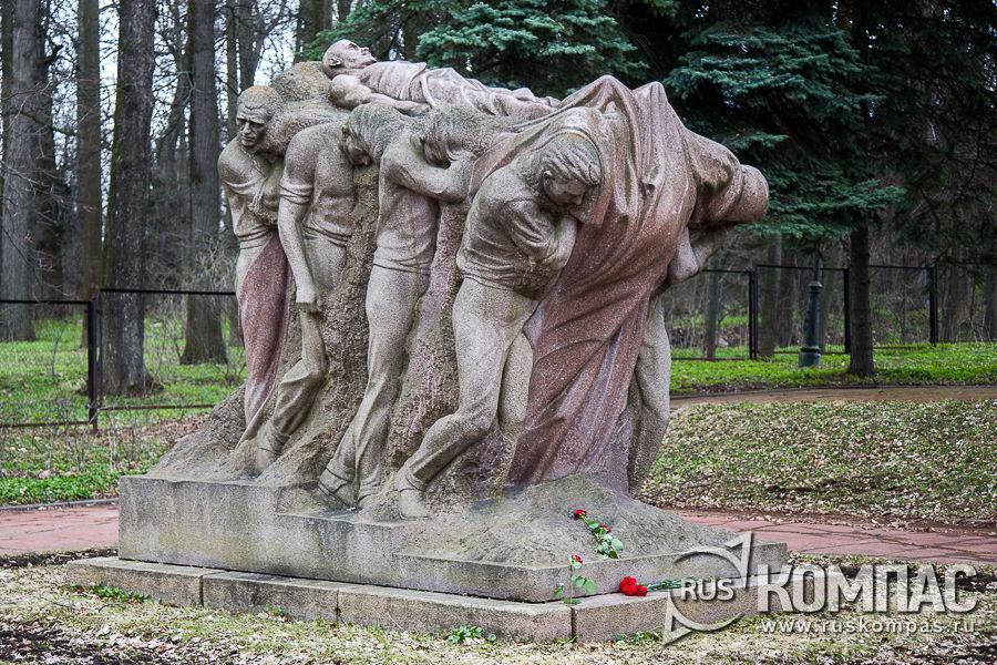 Скульптура Сергея Меркурова «Похороны вождя» 1927-1947 годы (в 1958 году установлена в Горках Ленинских)
