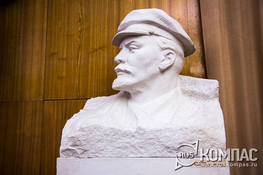 Бюст Ленина в зале заседаний