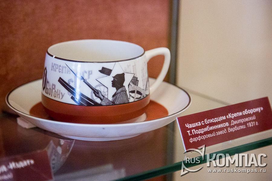 Чайная пара агитационного фарфора «Крепи оборону», выпущенная на фабрике в Вербилках (Дмитровский фарфоровый завод)