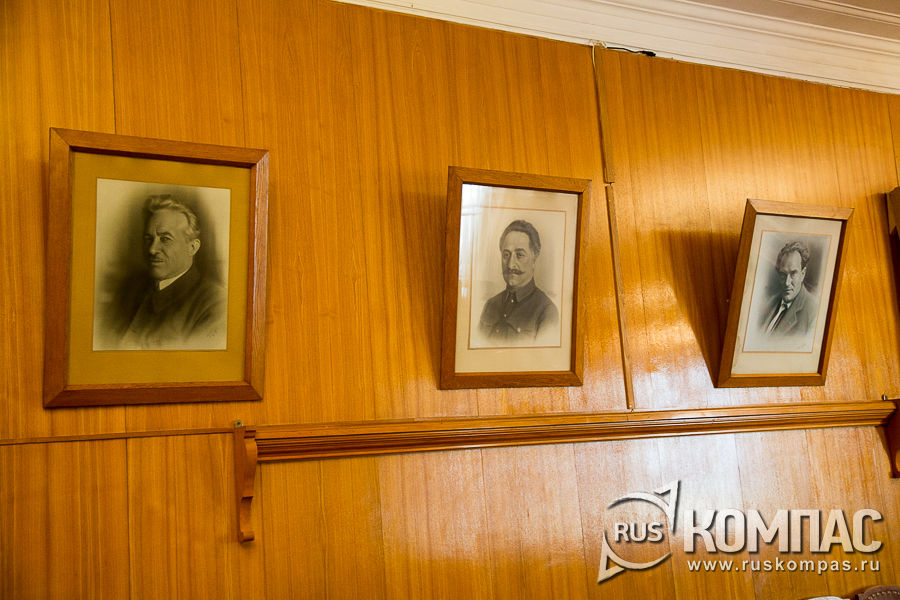 Портреты наркомов на стенах зала заседаний