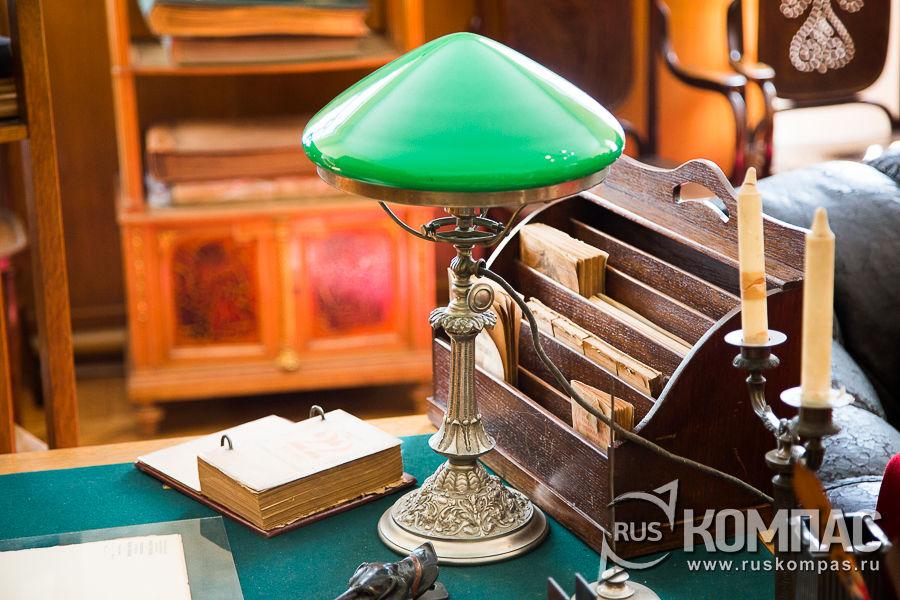Зеленая лампа на рабочем столе Ленина