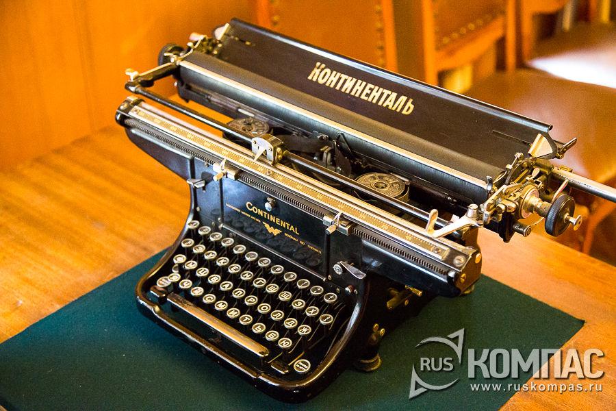 Печатная машинка Continental на столе секретаря