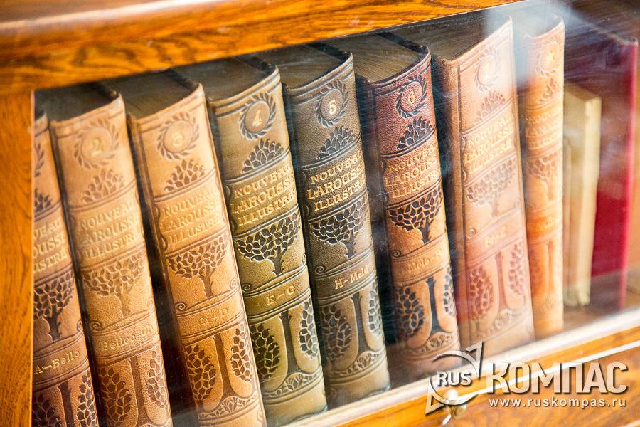 Словари на полках библиотеки Ленина в Горках