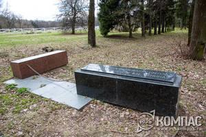 На камне высечено, что по этой дороге 23 января 1924 года несли гроб с телом Ленина
