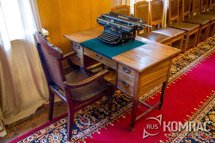 Место секретаря в зале заседаний