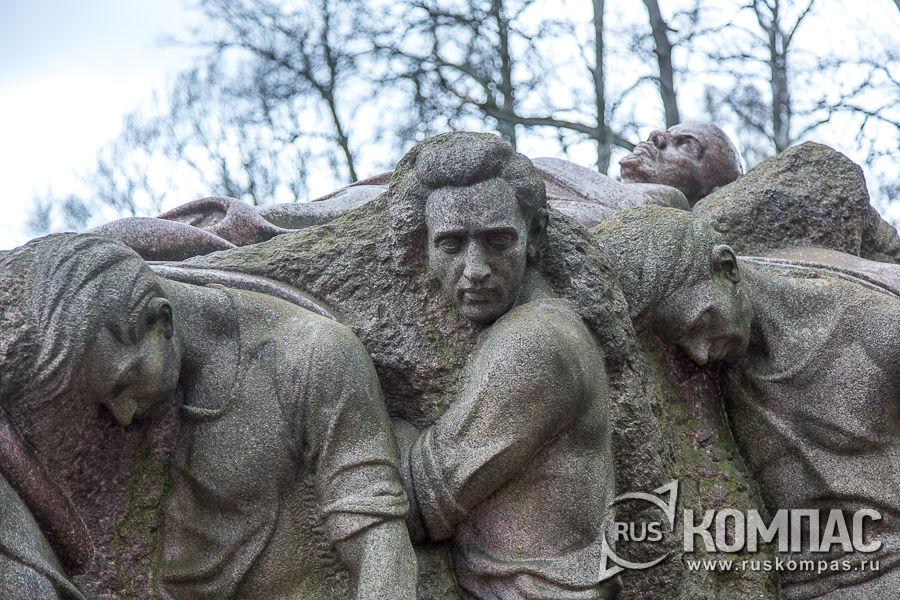 Детали скульптуры Сергея Меркурова «Похороны вождя»