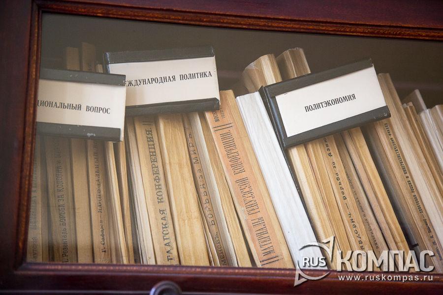 В отдельных шкафах собраны 1700 журналов по разным тематикам