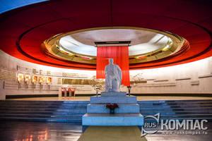 Над памятником Ленина - латунная сфера, подвешенная к потолку аванзала