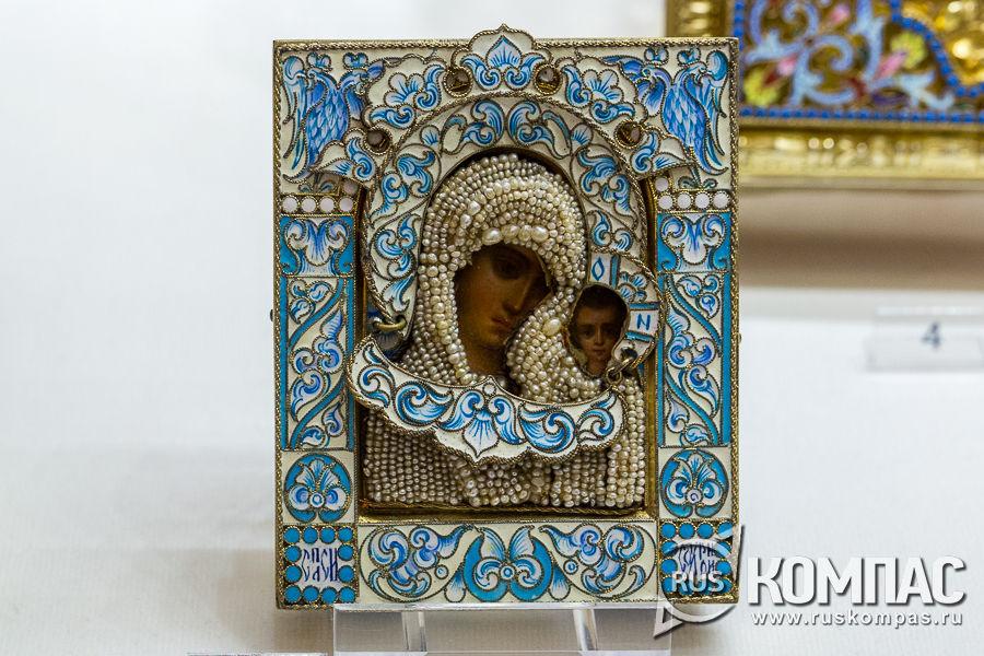 Икона «Богоматерь Казанская», украшенная речным жемчугом и окладом с эмлью
