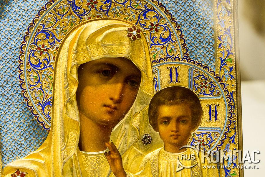 Икона богородицы в окладе, украшенном эмалью