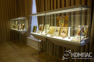Витрина с иконами в Готическом зале музея Фаберже