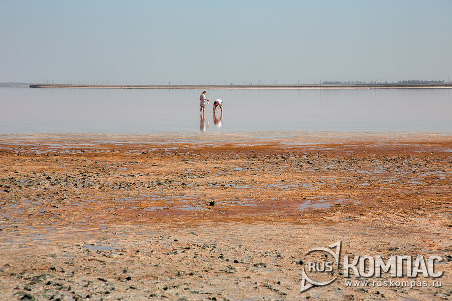 Берега озера окрашены в ярко-оранжевый цвет из-за одноклеточных водорослей Дуналиеллы солоноводной