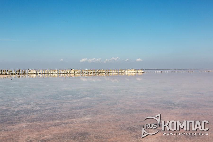 Сасык-Сиваш  расположено между городами Евпатория и Саки