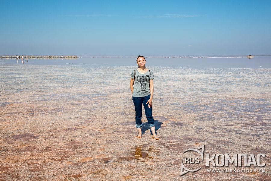 Корочка соли у берега и на мелководье прочная и легко выдерживает вес взрослого человека