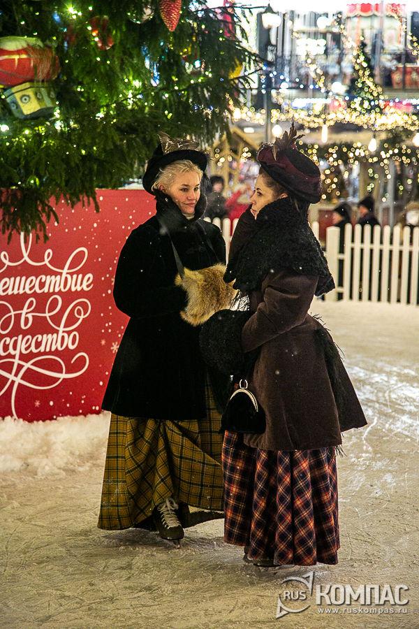 Барышни на катке вокруг новогодней ёлки на Манежной площади